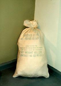 Un sacco di farina donato dal popolo americano e conservato dalla famiglia V. Vecchio